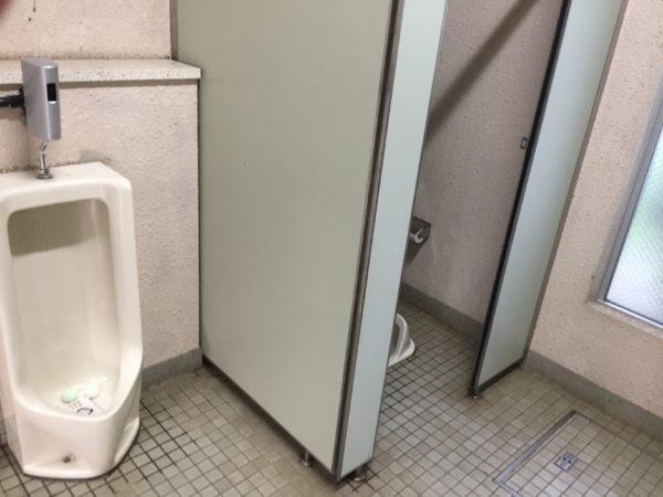 若洲公園キャンプ場内の綺麗なトイレ