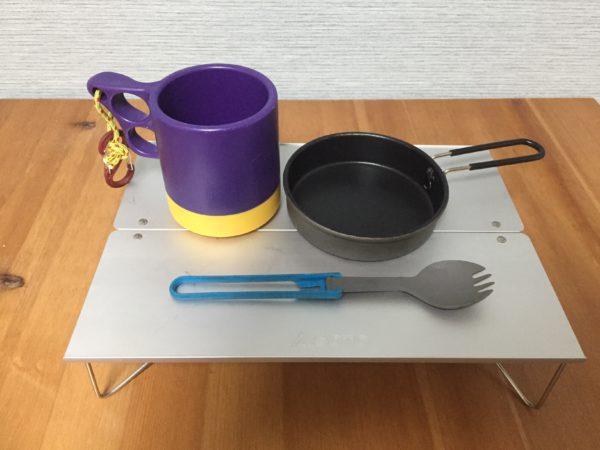 「SOTO フィールドホッパー」の食器類を置いた状態