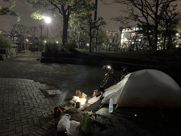 平和島キャンプ場でのテント設営