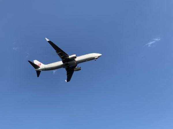 城南島海浜公園キャンプ場の真上を飛ぶ飛行機2