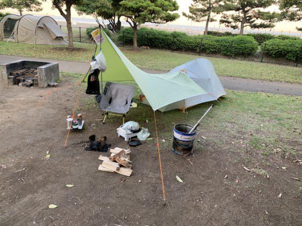 城南島海浜公園キャンプ場でのテント設営の模様