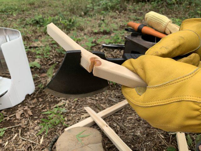 燕三条乃斧の刃部の溝で薪を折る