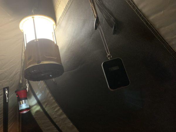 「カマボコテントミニ」に吊るした一酸化炭素チェッカー2