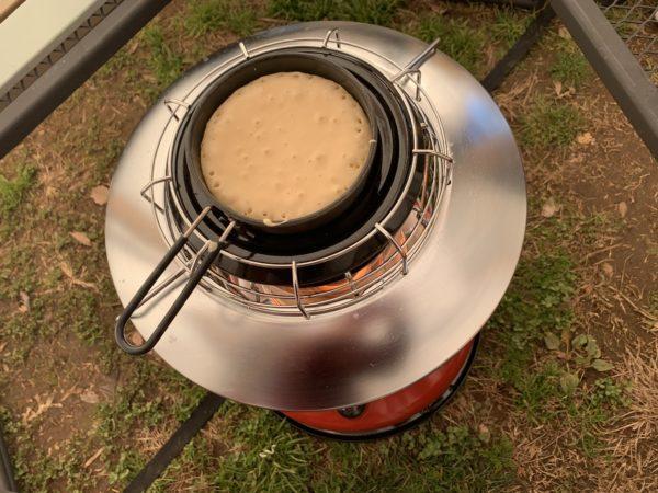 冬キャンプの朝食作りに便利な石油ストーブ