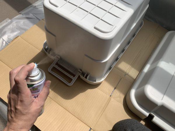 無印の「頑丈収納ボックス」塗装前の下塗り開始