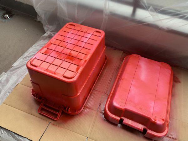 無印の「頑丈収納ボックス」を赤く塗装した後の乾燥