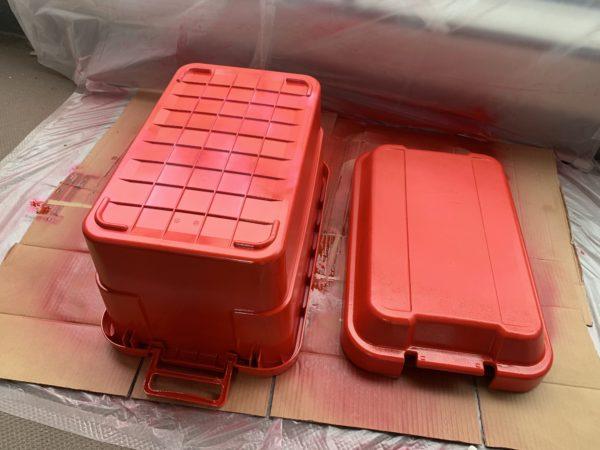 無印の「頑丈収納ボックス」を赤く塗装した後の乾燥2回目