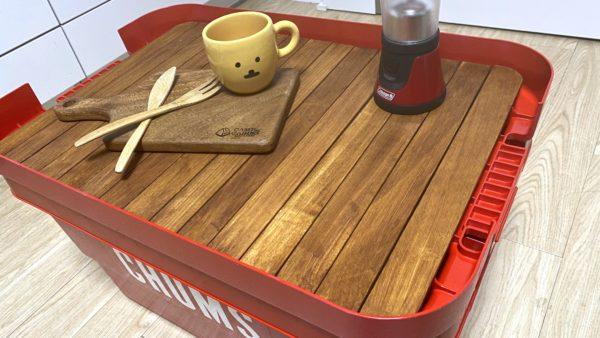 無印良品「頑丈収納ボックス」を赤に塗装してテーブル化卓上に物を置いた例