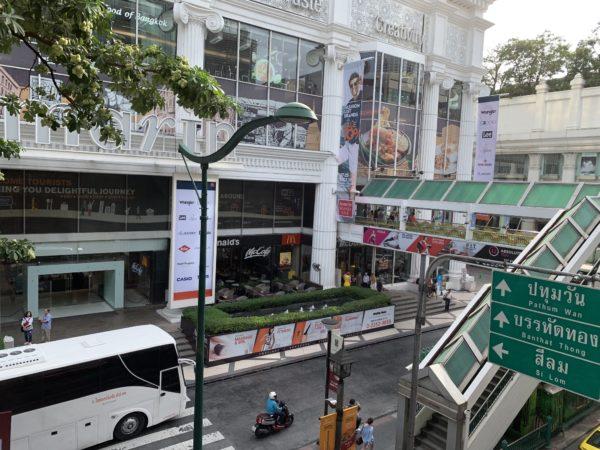 タイのチットロム駅改札をでた通路_2