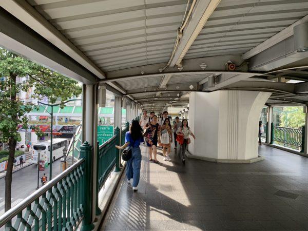 タイのチットロム駅改札をでた通路