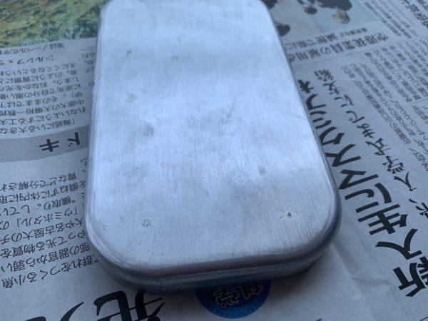 耐水ペーパーをかけたメスティンの蓋