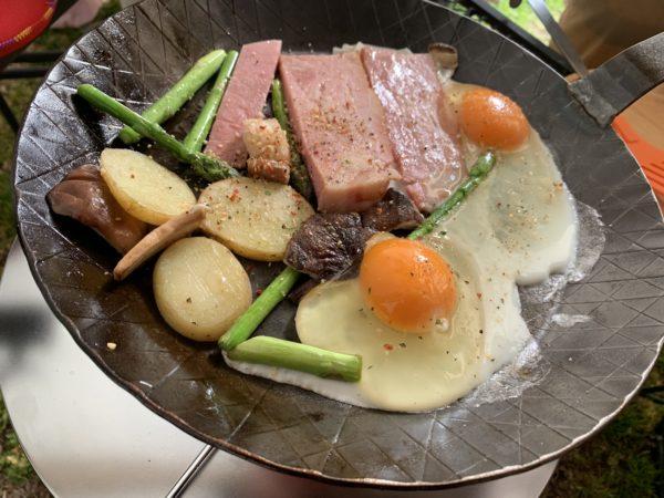 BBQスパイスをかけたアウトドア料理