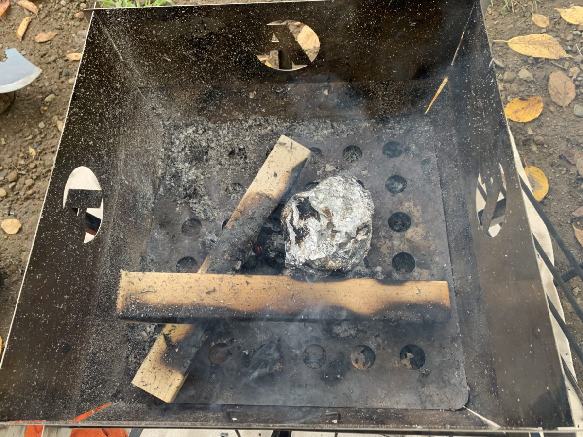焚き火で約りんご