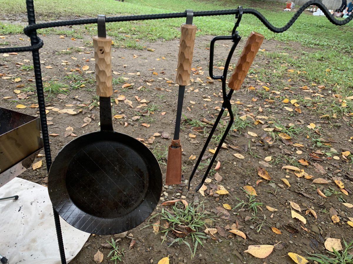 焚き火ハンガーにかけたアシモクラクラフツのギア達