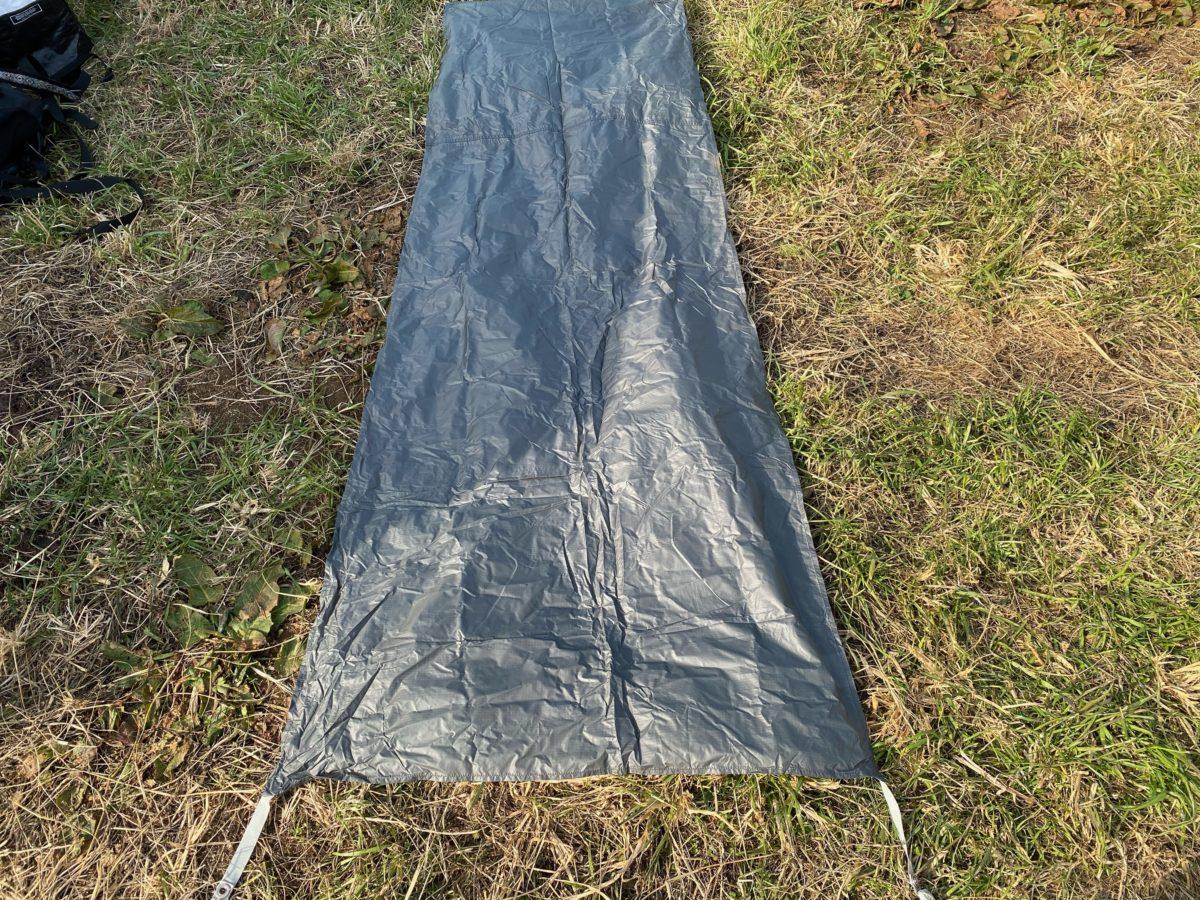 冬キャンプの寝床作り_グランドシートを敷く