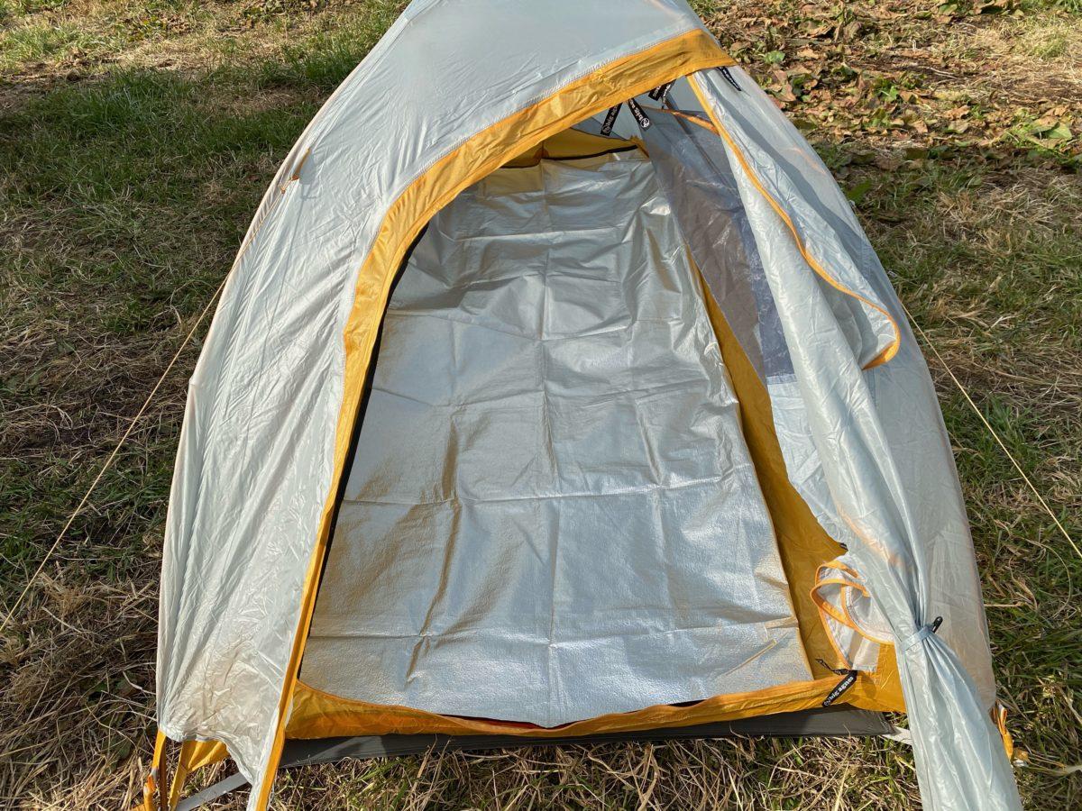 冬キャンプの寝床作り_インナーシートを敷く