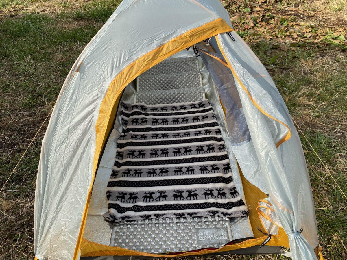 冬キャンプの寝床作り_ブランケットを敷く