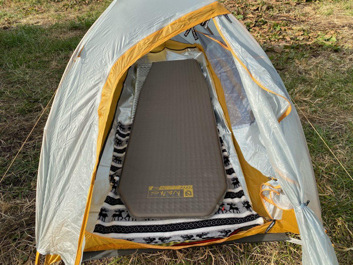 冬キャンプの寝床作り_インフレーターマットを敷く