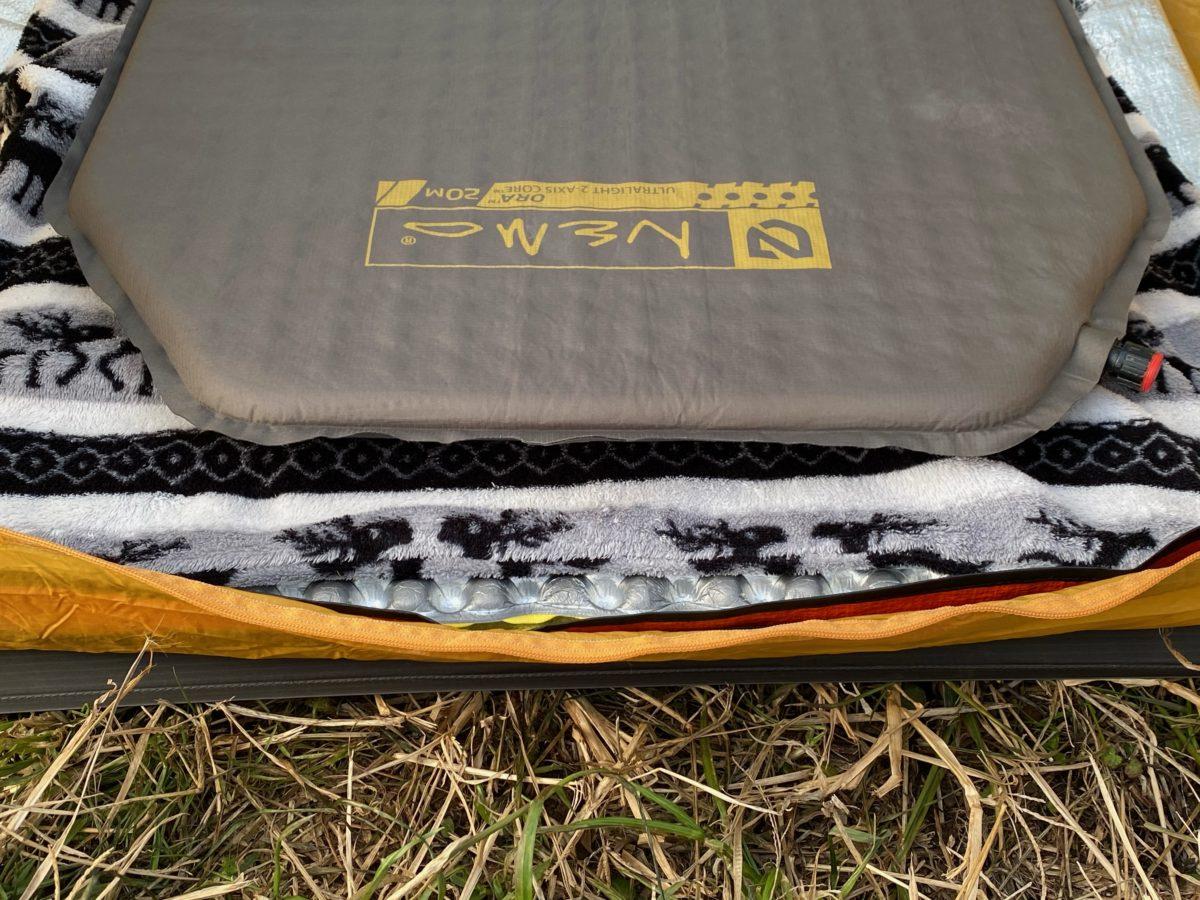 冬キャンプの寝床作り_底冷え対策で層を作った状態