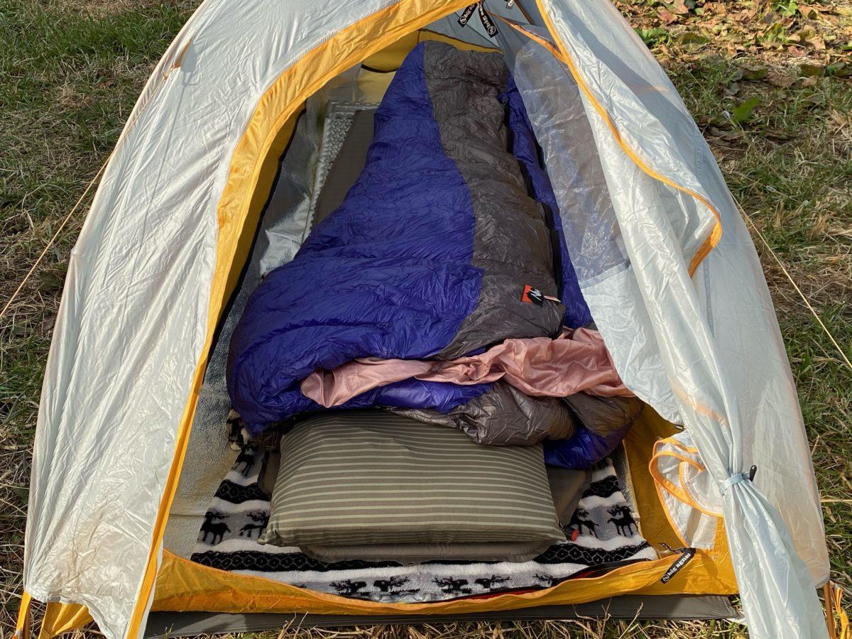 冬キャンプの寝床作り_ピローを置く