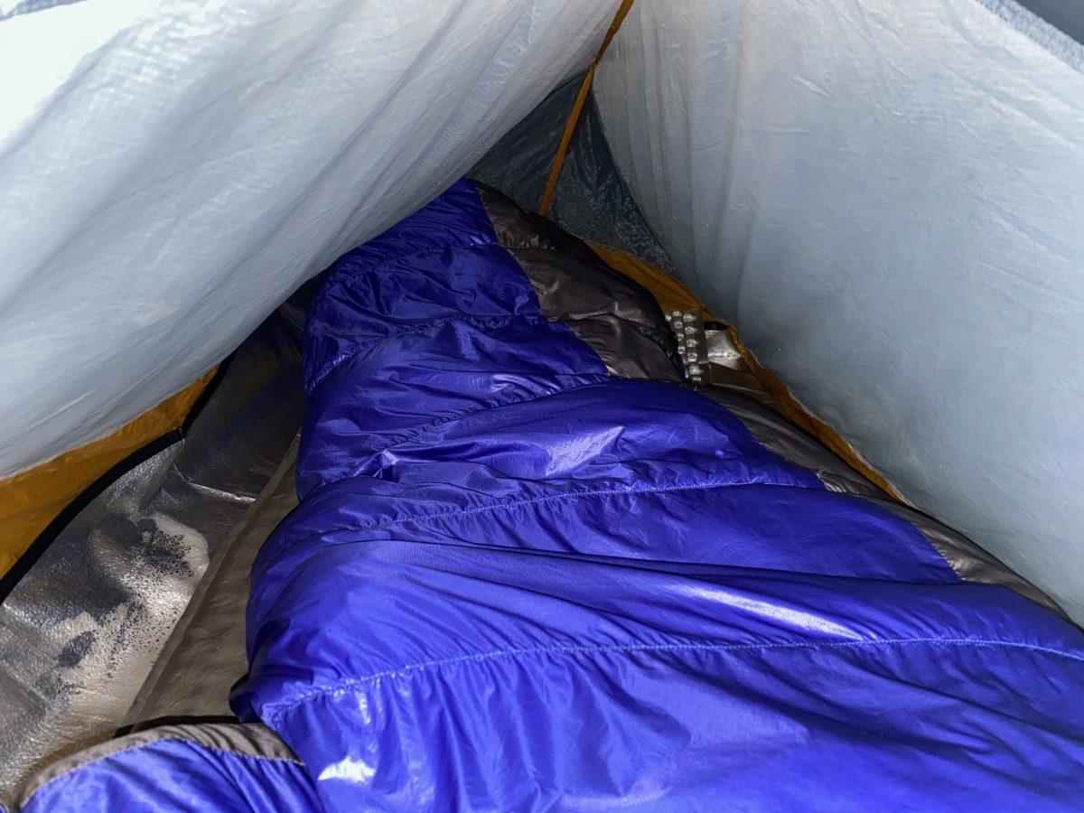12月の冬キャンプのテントの中