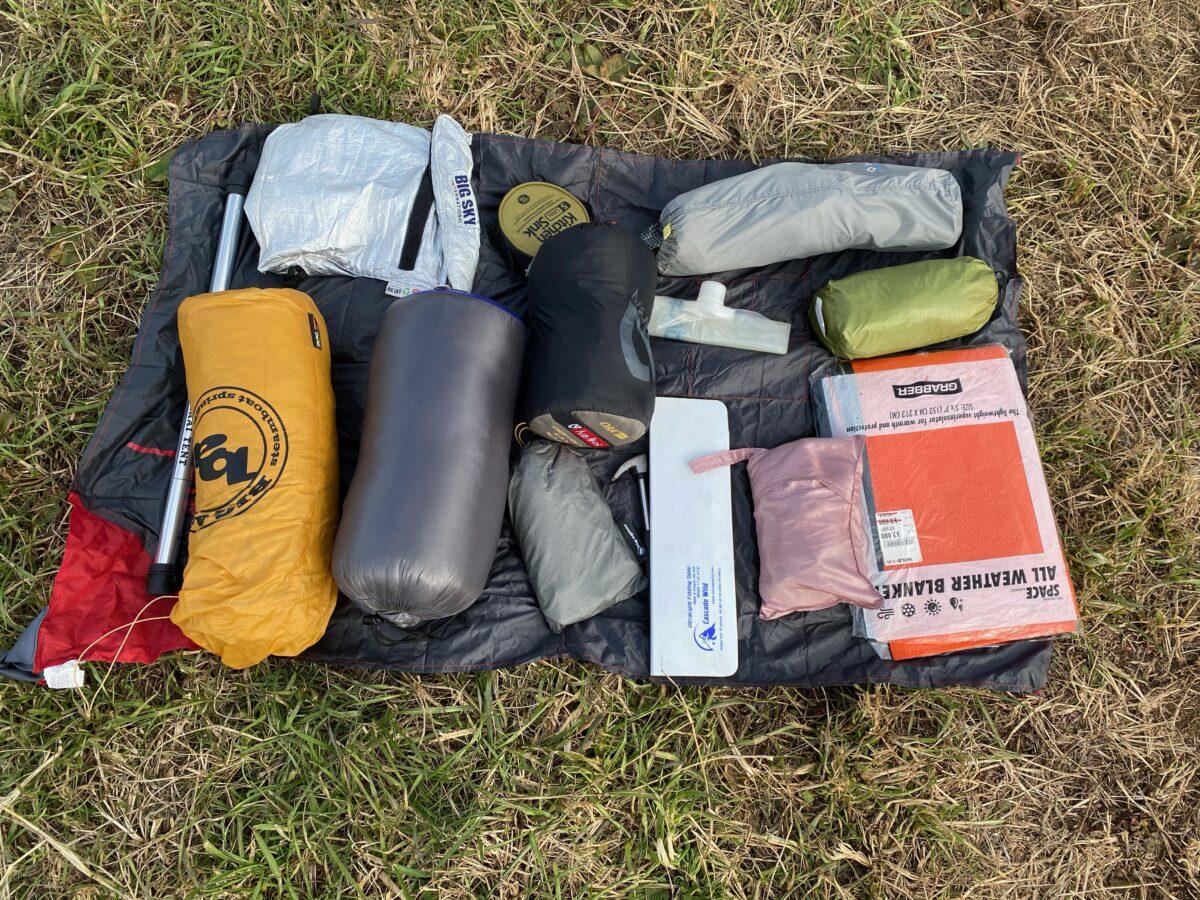 マタドール ミニポケットブランケットのテント設営時の荷物置き
