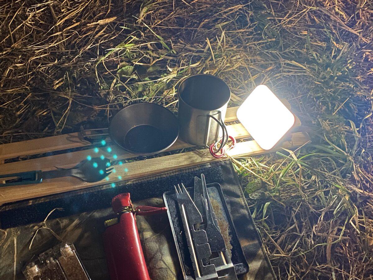 ハンドフックを立てて置き型照明とした「クレイモア ウルトラ ミニ」