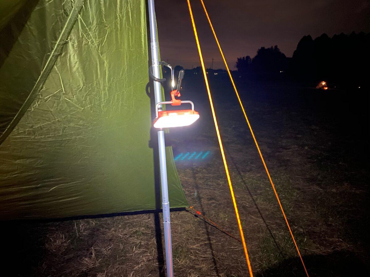 ハンガーフックを付けて吊るし型照明とした「クレイモアウルトラミニ」