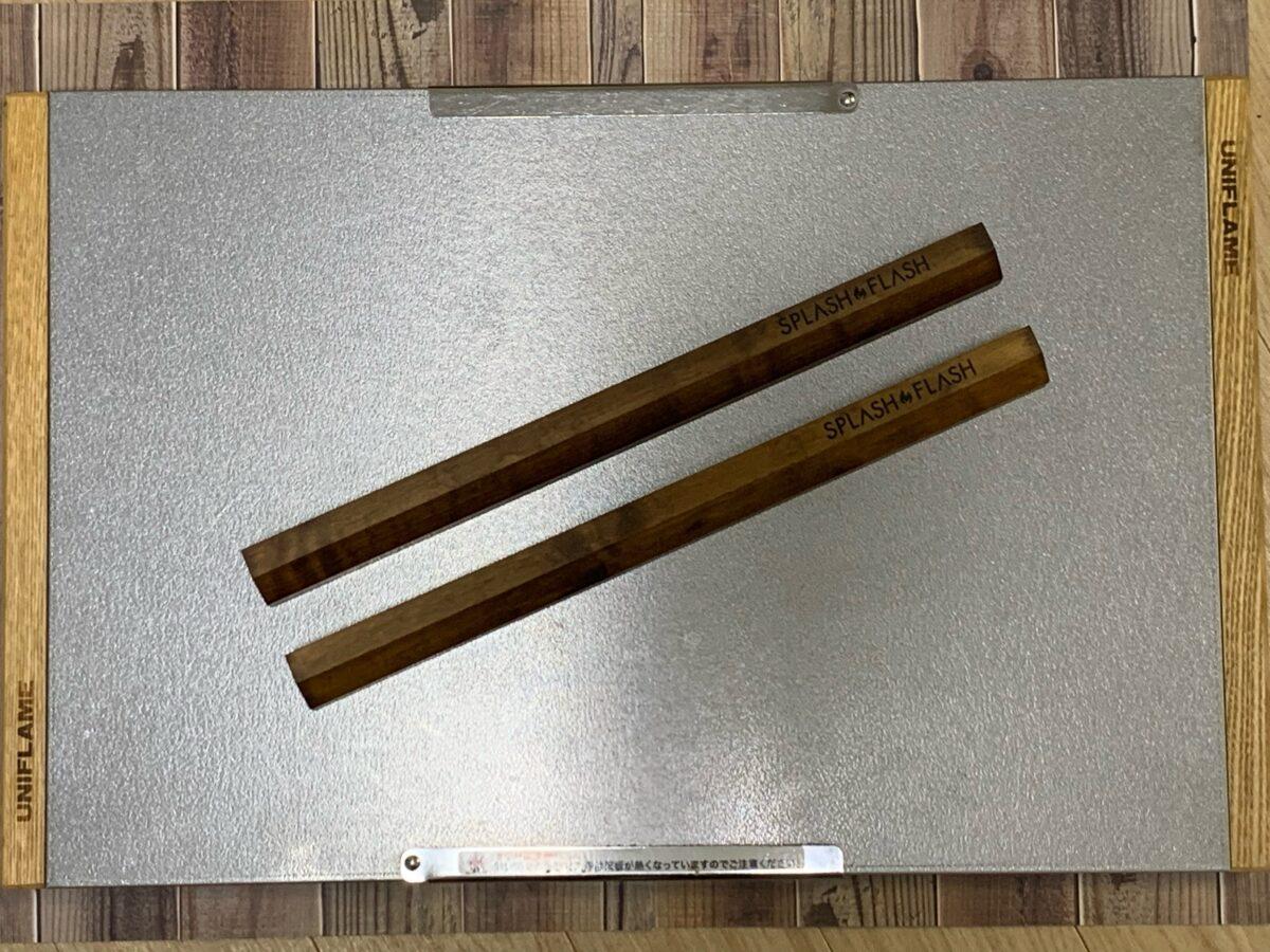 「焚き火テーブル」乗せたSPLASH FLASH「カーリーメイプルサイドバー」